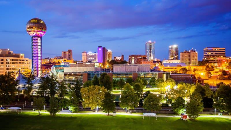 Knoxville-, Tennessee City Skyline- und Stadt-Lichter nachts stockfotografie