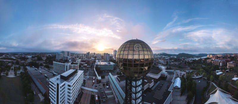Knoxville, Tennessee Sunsphere over de stad stock afbeeldingen