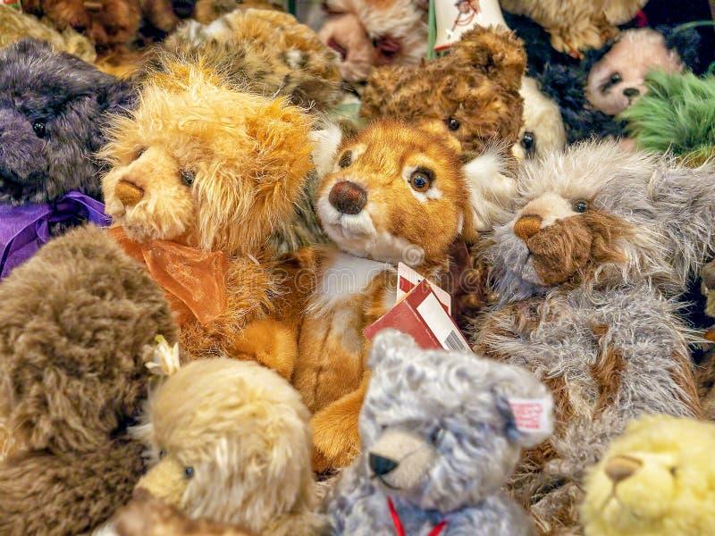 Knuddelige weiche Spielzeugbären für Verkauf stockfotografie