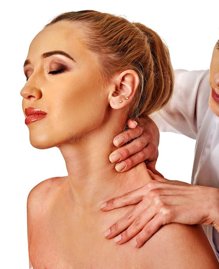 Knuffa och hångla massagen för kvinna i brunnsortsalong arkivbild