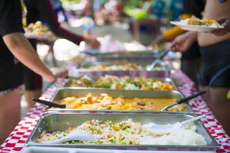 Knuffa omkring thai mat i magasinet för lunch arkivbilder