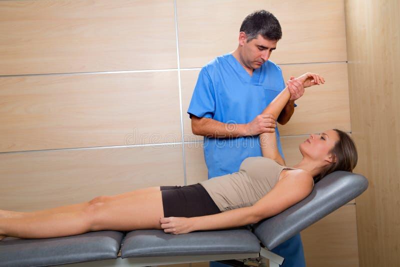 Knuffa sjukgymnastik manipulerar den tålmodiga terapeuten och kvinnan royaltyfria bilder
