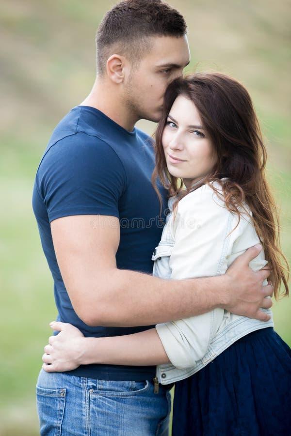 Knuffelend jong paar in park royalty-vrije stock foto's
