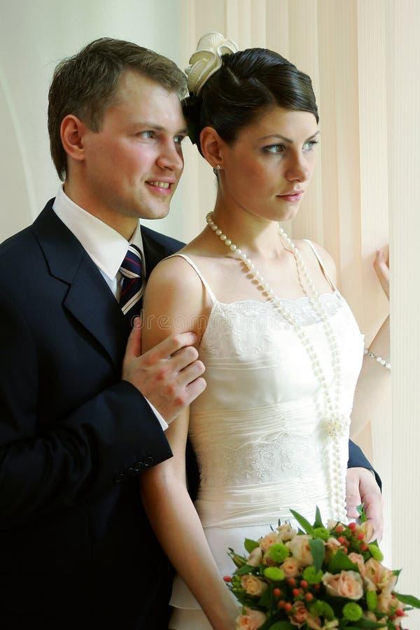 Knuffelend jonggehuwdepaar royalty-vrije stock fotografie