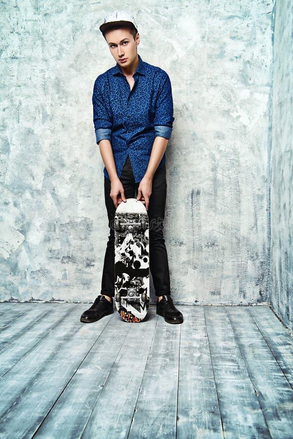 Knul met skateboard royalty-vrije stock afbeelding