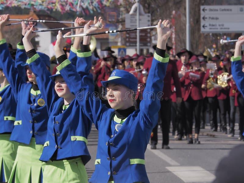 Knuppeltwirlers in de lenteparade stock foto's
