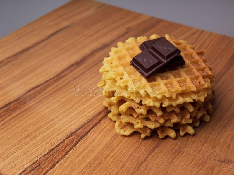 Knusperige belgische Waffeln mit Schokoladensplittern lizenzfreie stockfotos