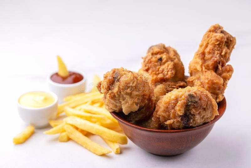 Knusperige Hühnerbeine und Pommesfrites Schnelle ungesunde Fertigkost lizenzfreies stockfoto