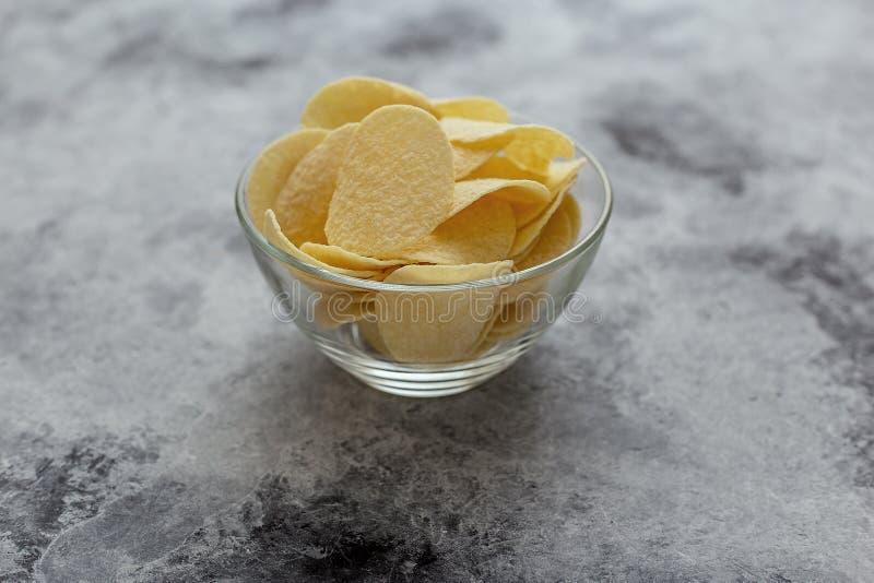 Knusperige Kartoffelchips Das Konzept des Schnellimbisses und der Imbisse lizenzfreie stockfotos