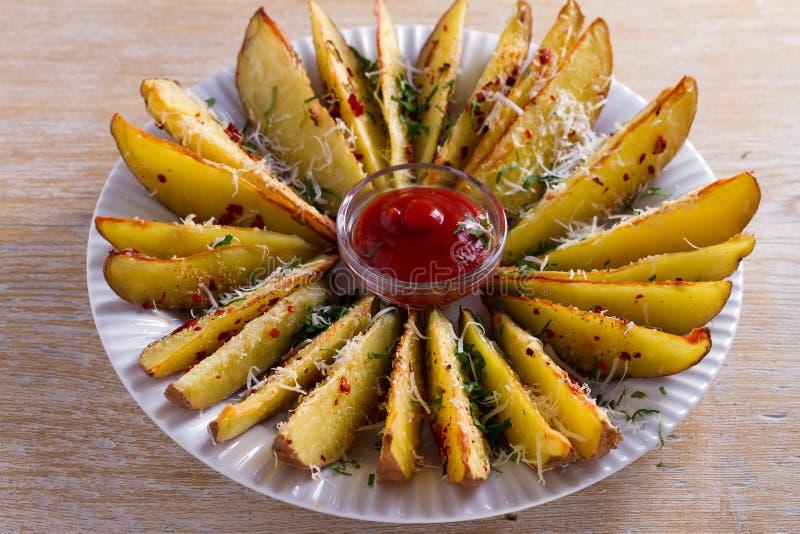 Knusperige Knoblauchofenkartoffelkeile Kartoffelfischrogen horizontal lizenzfreie stockfotos