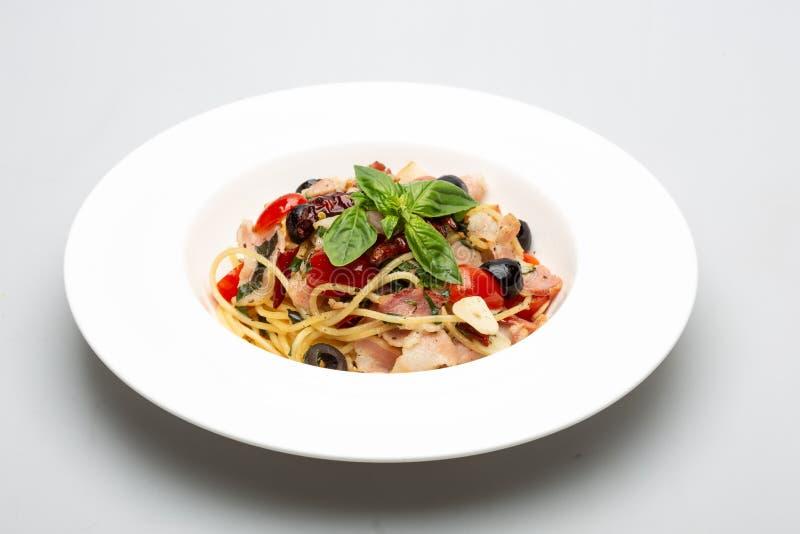 Knusperige Speckspaghettis mit Gewürzen lizenzfreie stockfotografie