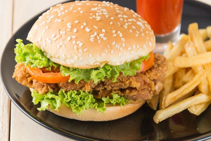 Knusperiger Huhnburger stockfotos