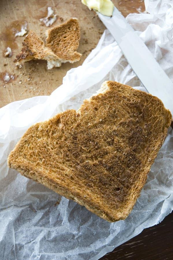 Knusperiger Toast an Bord stockfotos