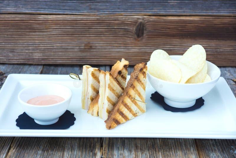 Knusperiger Toast mit amerikanischer Soße und Chips stockfotos