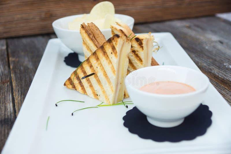 Knusperiger Toast mit amerikanischer Soße und Chips stockfoto
