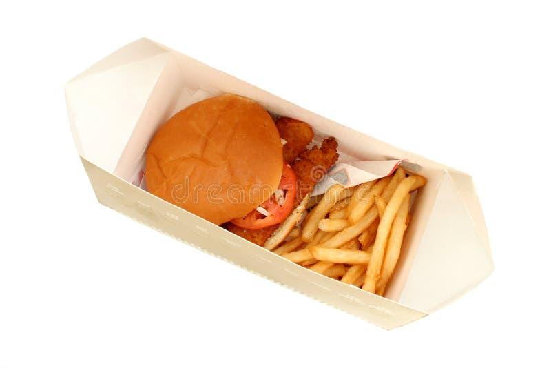 Knusperiges gebratenes Fisch-Sandwich und Fischrogen in einem Kasten stockfoto