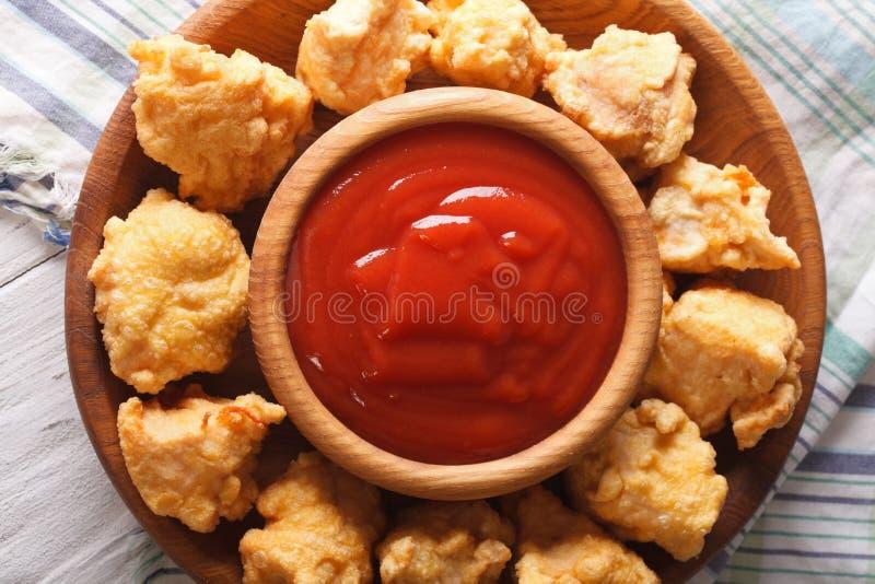 Knusperiges Popcorn-Huhn und Soßennahaufnahme horizontale Draufsicht stockfoto