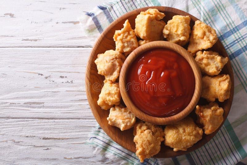 Knusperiges Popcornhuhn mit Barbecue-Soße horizontaler Draufsicht stockfotografie