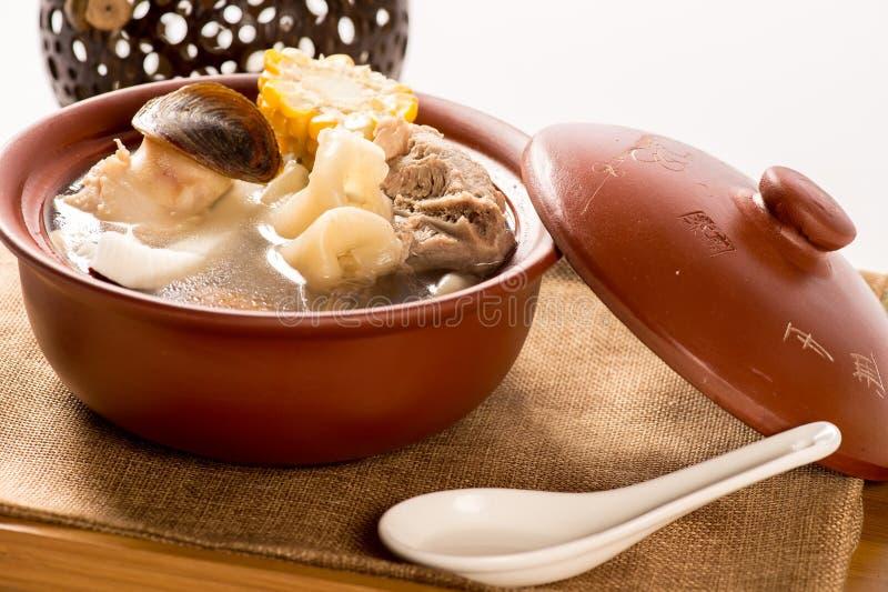 Knusprige Kokosnuss-Garnelen und Schweinefleischsuppe im Eintopfgericht lizenzfreie stockfotografie