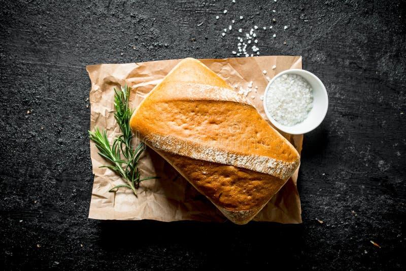 Knuspriges Brot mit Rosmarin und Salz stockfoto