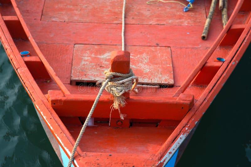 Knutit rep på fartyget för fiskare` s royaltyfri foto