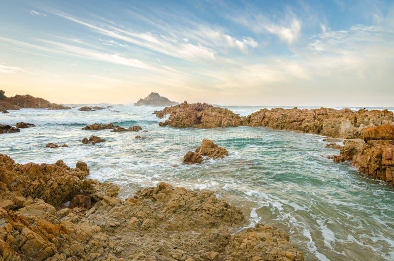 Knysna朝向海岸岩石,印度洋 非洲著名kanonkop山临近美丽如画的南春天葡萄园 库存图片