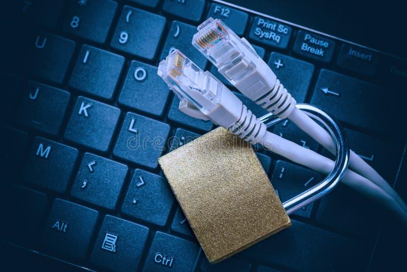 Knyta kontakt Ethernetkablar i hänglås på det svarta datortangentbordet Begrepp för säkerhet för information om internetdataavski royaltyfri fotografi