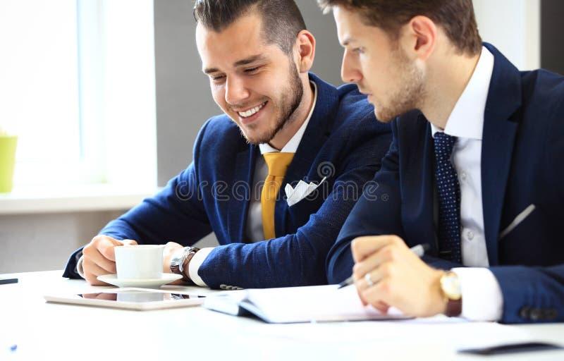 Knyta kontakt för två säkert affärsmän fotografering för bildbyråer