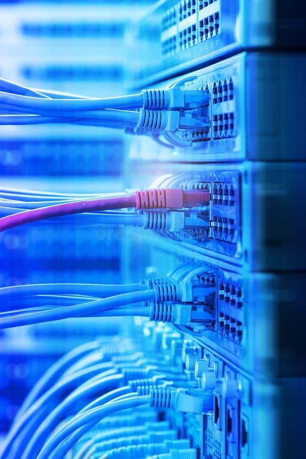 Knyta kontakt kablar och navcloseupen med optisk fiber royaltyfria foton
