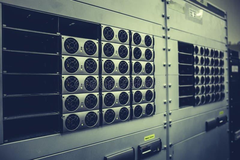 Knyta kontakt maskinvara i datorhallen med hårddiskar, serverrum med utrustningar arkivfoto