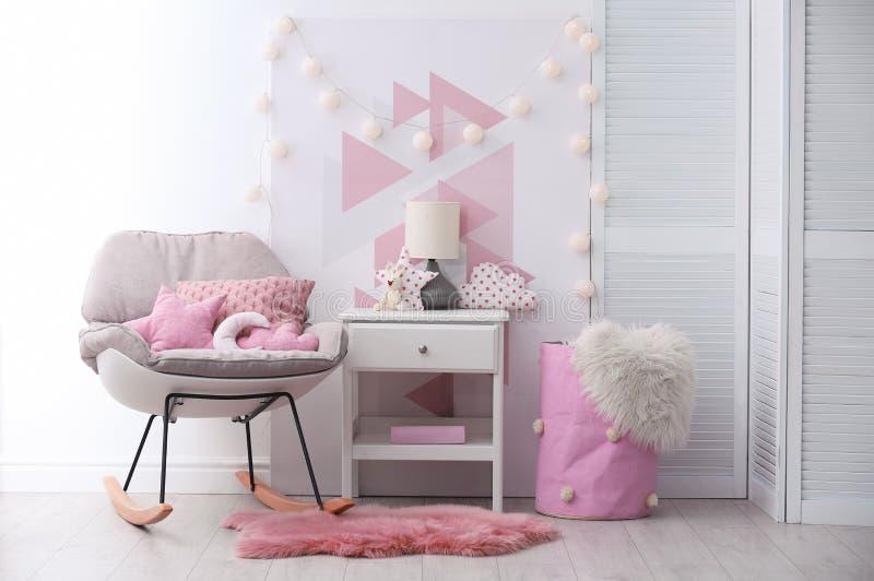 Kołysać krzesła i nightstand w dziecko pokoju zdjęcia stock