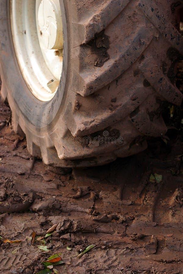 Download Koła ciągnika obraz stock. Obraz złożonej z brud, śliski - 35249