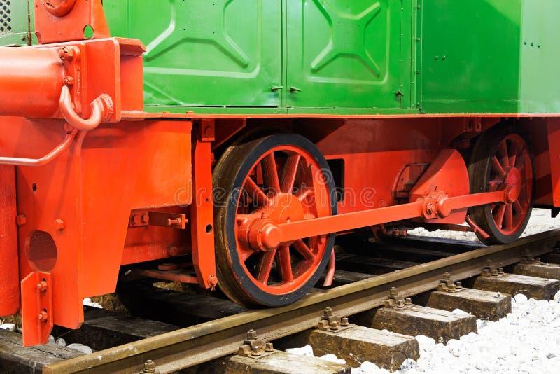 Koła stara lokomotywa na poręczach obrazy stock