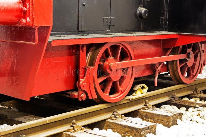 Koła stara lokomotywa na poręczach fotografia royalty free