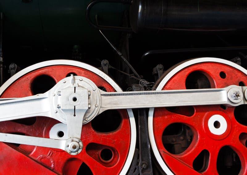 Koła stara lokomotywa na poręczu obrazy stock