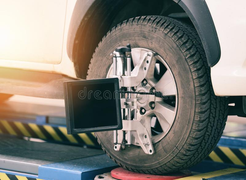 Koła wyrównania wyposażenia samochodowy mechanik instaluje czujnika zawieszenia dostosowania samochód ustawia na opona diagnostyk zdjęcie royalty free