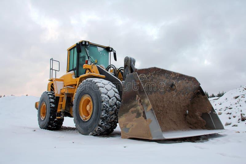 Koło ładowacz przy zima piaska jamą obraz stock