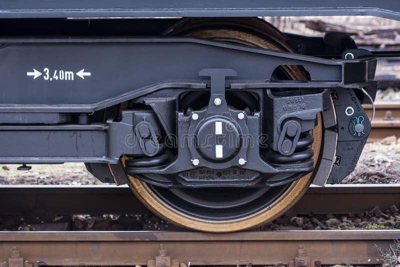 Koło czarni samochodów furgony typ: - Frachtowy ładunku pociąg - Nowi 6 axled płaski furgon - Burgas Bułgaria, Styczeń - 24, 2017 obrazy royalty free