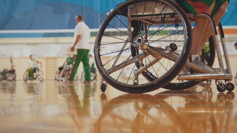 Koło niepełnosprawny gracz koszykówki w wózku inwalidzkim podczas sportive szkolenia fotografia stock