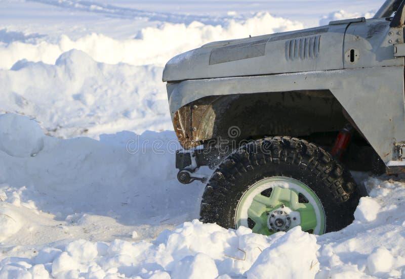 Koło samochód wtyka w śniegu kiść śnieg od płodozmiennego koła zima męczy wśliznąć maszynę w śniegu Th zdjęcie royalty free