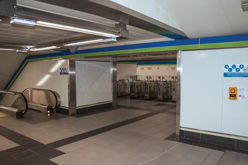 Kołowrót i eskalator na przejściu przy Madryt metrem obrazy stock