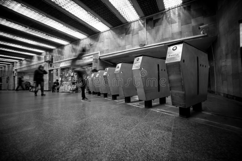 Kołowrót w Kyiv metrze z ruszać się rozmytych ludzi i jaskrawa stacja zaświecamy obrazy stock