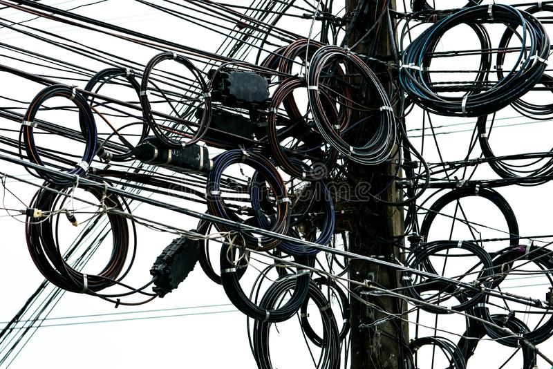 Kołtuniaści elektryczni druty na miastowym elektrycznym słupie Dezorganizujący i upaćkany organizaci zarządzania concep obrazy stock