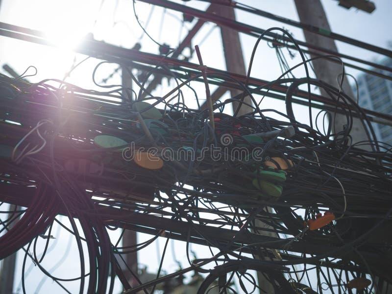 Kołtuniaści elektryczni druty są niebezpieczni zdjęcie royalty free