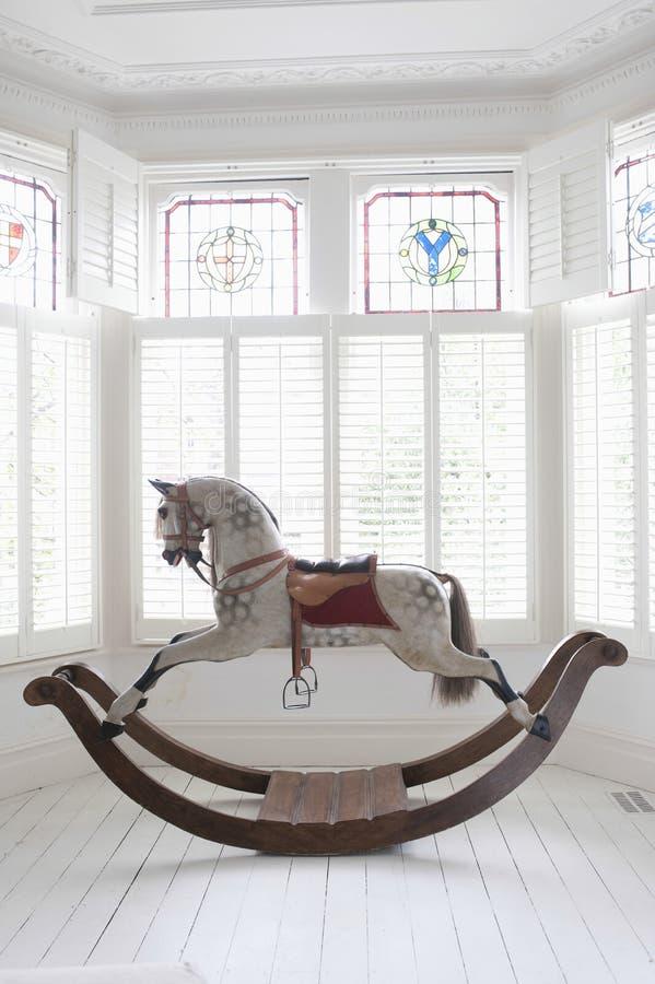 Kołysać konia W Podpalanym okno fotografia stock