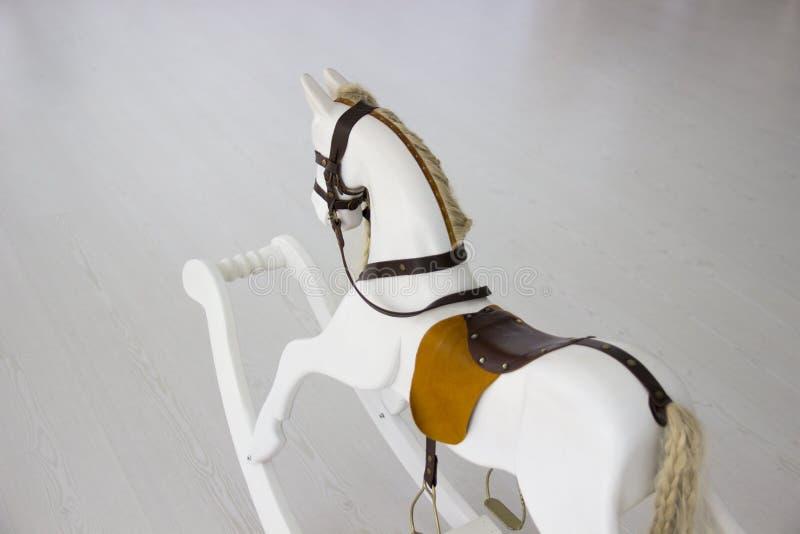 Kołysa koń Dziecka ` s zabawki koń Bielu zabawkarski koń obrazy royalty free