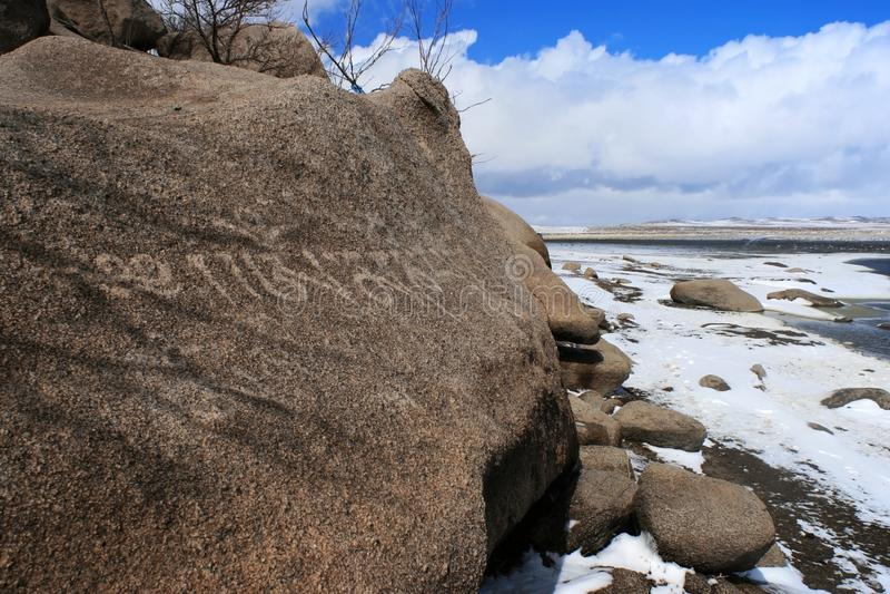 Kołysa z religijnymi buddyjskimi inskrypcjami w śnieżnym stepie Mongolia na słonecznym dniu obrazy stock