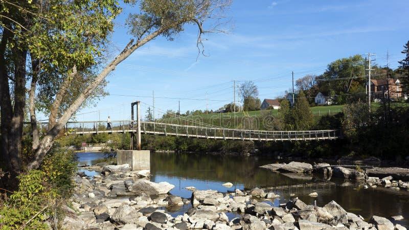Kołyszący most nad Bonnechere rzeką, Renfrew, Ontario zdjęcie stock