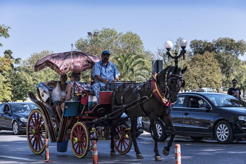 Koń i Kareciana przejażdżka wokoło starego miasteczka Corfu Grecja obraz stock