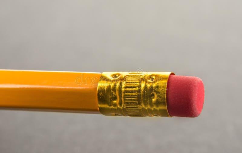 Końcówka ołówek z gumą na szarym tle obrazy stock